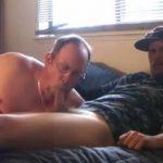 Velho Gay mamando o Penis do Militar Velhos gay