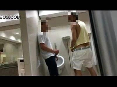 Flagra com camera escondida no banheiro masculino