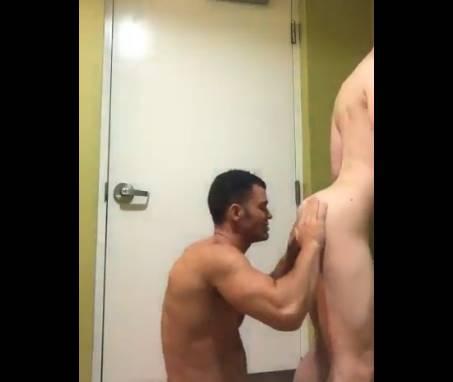Loirinho rabudo dando cu dentro do banheiro