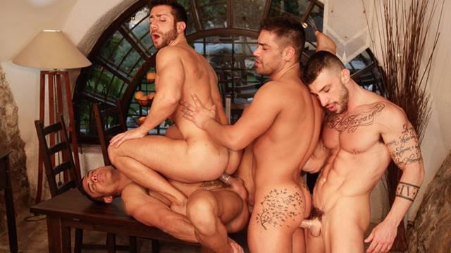 Sexo grupal com homens lindos e musculosos fazendo suruba