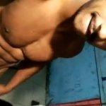 Brasileiro roludo mostrando a pica em casa