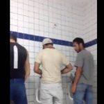 Pai de familia dando rabo dentro do banheiro Publico