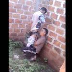 Flagra gay chupando rola atras do muro sendo Flagrado