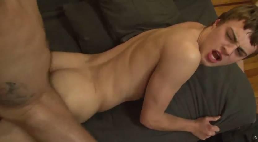 Sexo gay violento com um novinho que adora machos violentos