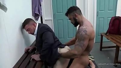 Sexo entre machos deliciosos fazendo sexo No vestiário