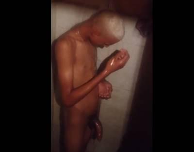 Garoto loirinho dotado todo molhadinho da hora do banho